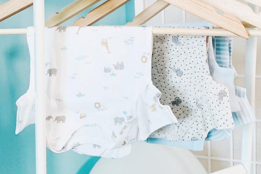 babyzimmer-einrichten-kleiderschrank-einraeumen