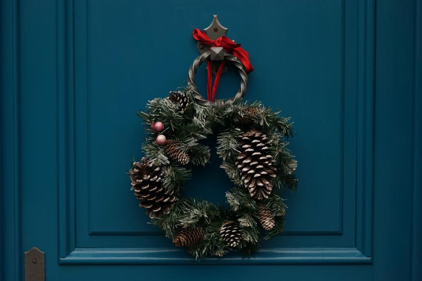 weihnachtlich-dekorieren-weihnachtskranz-tuer